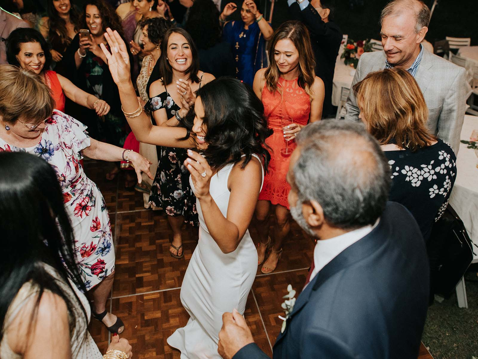 weddinggoers dancing